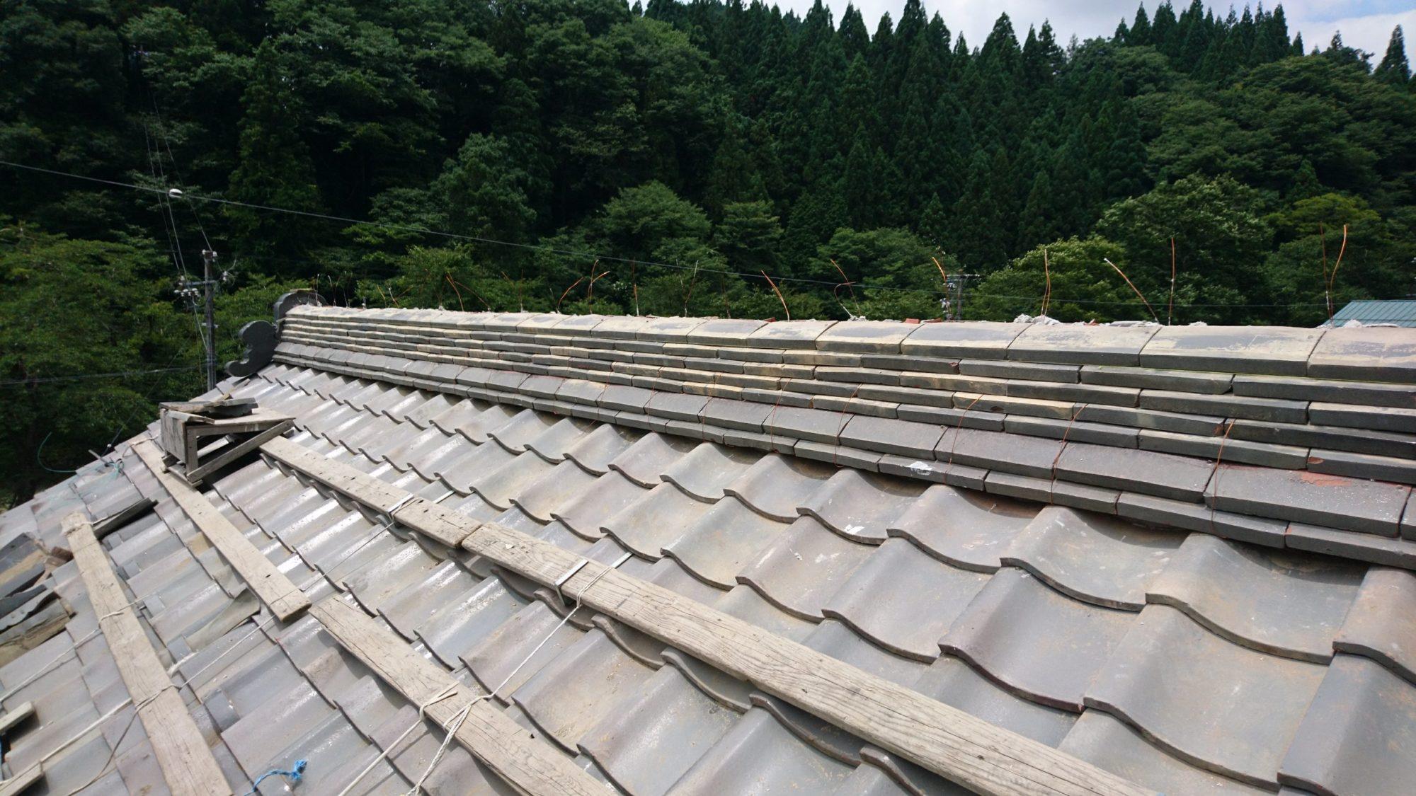本巣市根尾で、屋根の棟積み工事をしています。