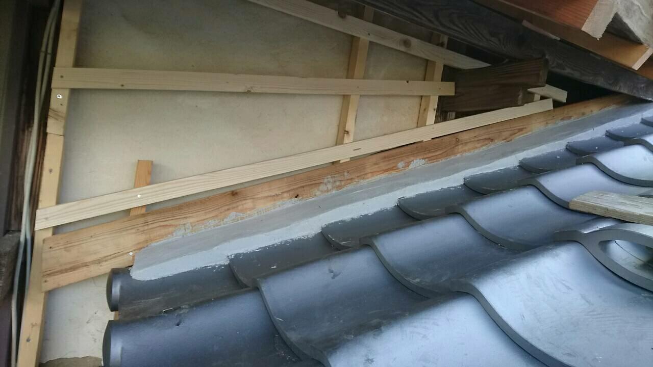 岐阜市のお寺で屋根の改修工事をしています。