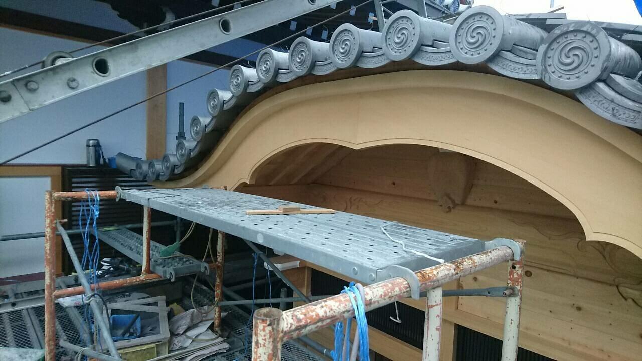 桑名市のお寺で、唐破風の玄関の屋根工事をしています。