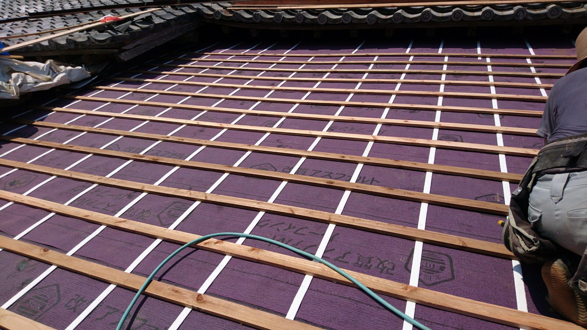 岐阜市のお寺で、屋根の改修工事しています。