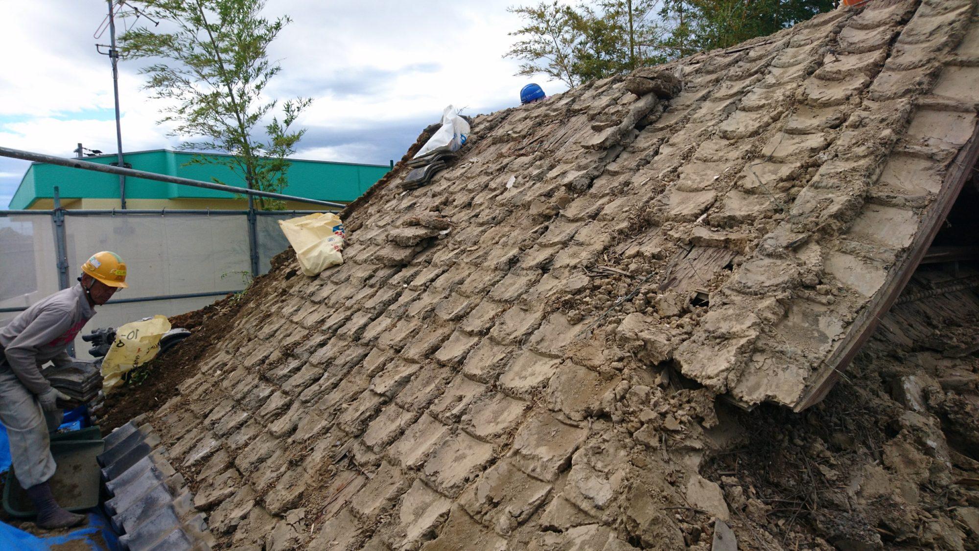愛西市のお寺で、鐘楼の屋根工事をしています。