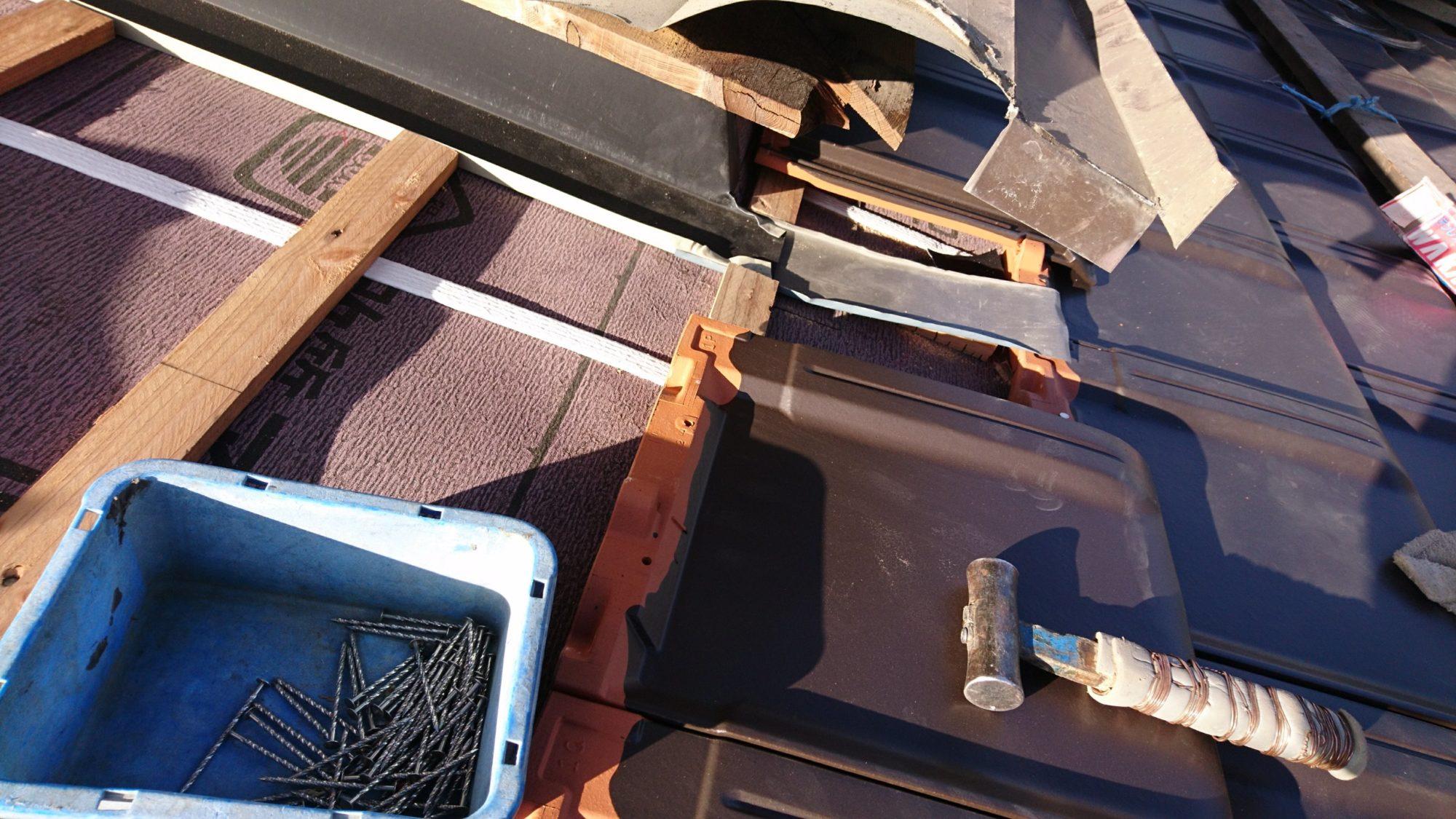 岐阜市で、屋根の改修工事をしています。
