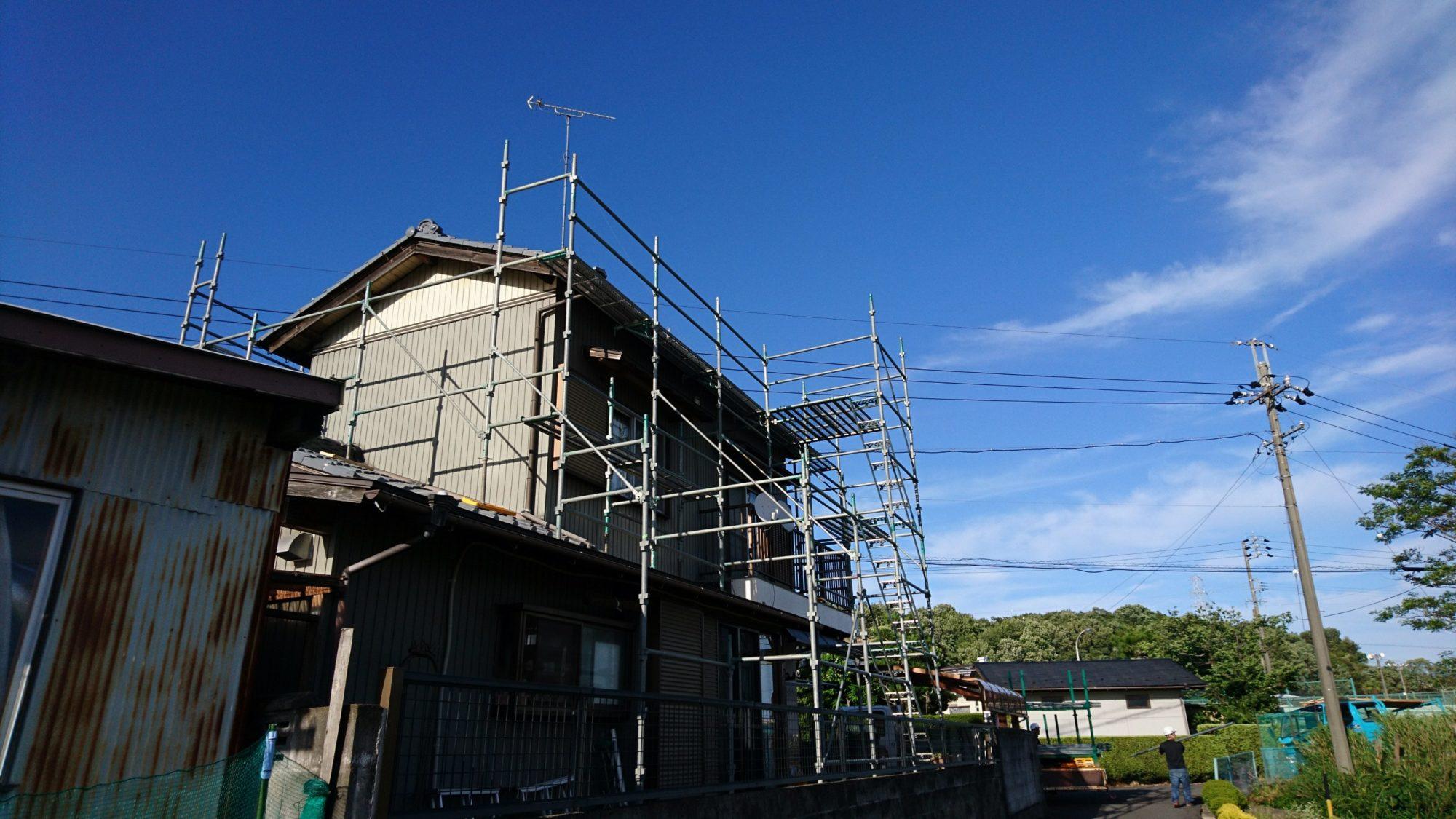 岐阜市の民家で、瓦葺き替え工事をしています。