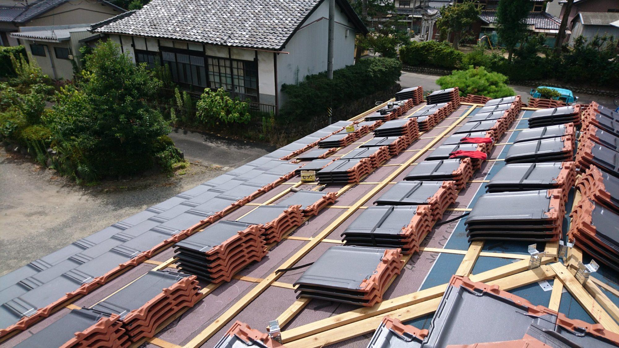 瑞穂市の民家で、屋根の改修工事をしています。