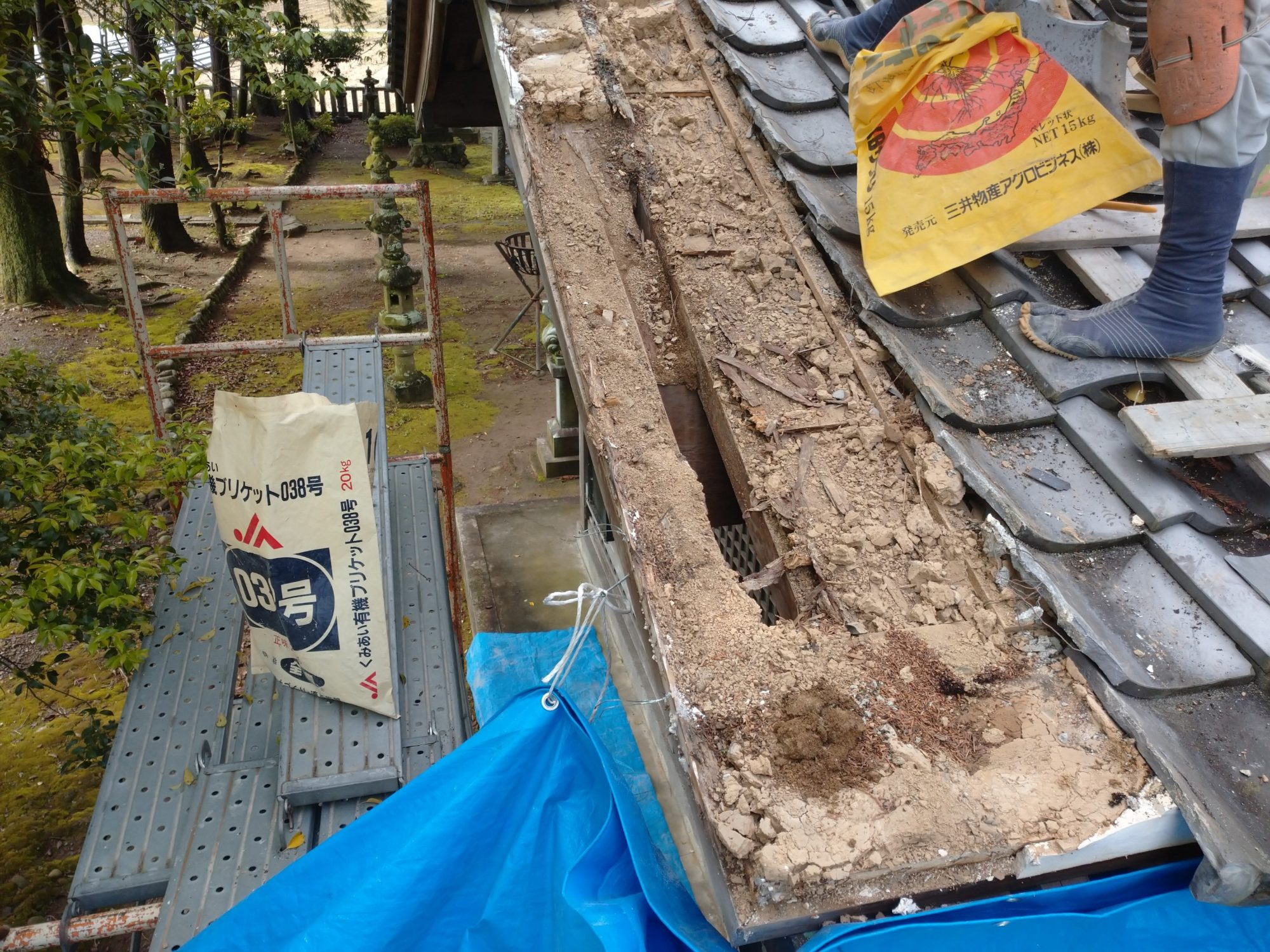 岐阜市の神社で、雨漏り工事をしています。